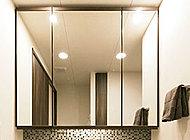 三面鏡の上下に木調デザインが美しいオレフィン枠を採用しました。