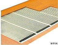 全住戸のリビング・ダイニングに床暖房を標準装備。空気を汚すことなく、スピーディーな暖房機能で、室内をむらなく足下から暖めます。