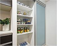 缶詰や食料品のストックに便利なパントリーを設けました。可動棚によりすっきりと収納できます。