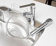 温度調節が簡単なシングルレバー式で、引き出して使えるハンドシャワー水栓を採用しています。