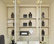 使いやすい三面鏡裏には、スキンケアなどの洗面小物が整理できる収納棚を設置しています。