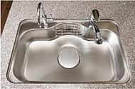 カトラリー等の落下音などを抑える静音仕様のシンク。大きな食器も洗いやすいワイドタイプを採用しています
