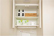 洗面室の吊戸棚は底板にハンガーパイプが付属されており、リネン類等を掛けられるので便利です。