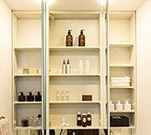 ワイドな三面鏡の裏は、洗面用品を豊富に収納できるスペース。