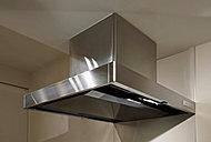 洗面用の小物を整理できる鏡裏収納。いつも同じ場所にすっきり収納できるティッシュBOXスペースやドライヤーフックを設けています。