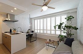玄関、廊下、キッチンから繋がるリビングは「土間風タイル」仕上げ。空間の一体感が家族とゆったりとした時間を過ごすリビングに畳数以上の広がりを感じさせてくれます。