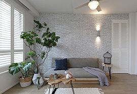 家族と過ごす空間は、緩やかに繋がる心地よさを大切にしつつ心と体を休める主寝室には、自分だけの時間を楽しめる空間を設けました。戸建住宅では当たり前のようにある曖昧な空間というものをプライバシー性が重視されるマンションであえて取り込んでいます。