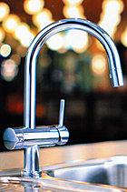 浄水・お湯・水に対応した、便利なハンドシャワー機能付ビルトイン浄水器。シンクの汚れもさっと洗い流せます。