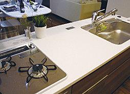 システムキッチンの天板は、傷がつきにくく、お手入れが簡単な高級感のある人造大理石を採用しました。
