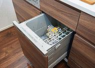 置き場所を考える必要のないスライドオープン食洗機。一度に多くの食器を洗浄・乾燥させることができ、節水にも繋がります。※一部タイプを除く