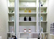 大型ミラーの裏には、収納を確保。化粧品類などがスッキリ片付けられます。