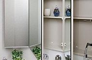 ミラーの扉の裏側は全て収納スペースでスッキリとした洗面空間を演出することができます。