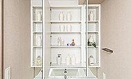 洗面化粧台には三面鏡を採用。裏側にコスメグッズや小物などの収納に便利な大型の収納スペースを設けています。※B2タイプ除く