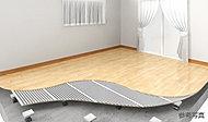 冬の健やかで温かな暮らしをお届けする床暖房を全戸のリビングに設置。温風暖房と異なり、ホコリを巻き上げる風や運転音もなく快適です。