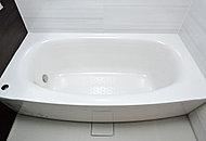 からだにフィットするやさしいフォルムの浴槽です。