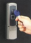 簡単に操作できる電動サムターンシステム。起動スイッチを押してIDキーを所定の場所に接触させるだけで解錠。LEDとブザー音で解錠をお知らせ。