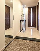住まいの品位を語る、凛とした佇まいの玄関です。