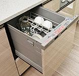高温(約60℃)のお湯でパワフルに洗い、たっぷりの温風(約80℃)で清潔乾燥する引出し式食器洗い乾燥機。