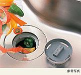 生ゴミをシンクで破砕処理。ゴミの量も気になるニオイもぐっと少なく、清潔なキッチンへ※専用配水管と処理槽が必要となりますので後付けはできません