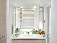 3面鏡の裏には収納棚を設置。洗面用具や化粧品などをすっきり収めます。