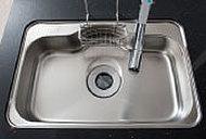 大きな鍋などもラクに洗えるワイドシンク。シンクの裏側に制振材を備え、水はね音などを抑える静音タイプです。