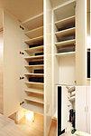 収納量豊かなトールタイプの玄関収納を採用。傘用収納スペースも備え、使い方によってはゴルフバックやベビーカー、ブーツもラクに収納できます。