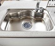 大きな鍋などもラクに洗えるワイドシンク。シンクの裏側に制震材を備え、水はね音などを抑える静音タイプです。