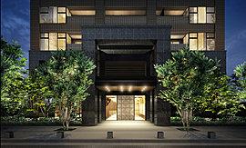 エントランスアプローチには、2層に広がるスケール感のあるゲートデザインを採用し、重厚な天然石貼りで仕上げ、堂々たる風格を創出。