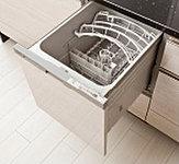 食器の出し入れがしやすいスライド収納納タイプの食器洗い乾燥機。家事負担の軽減を図れます。