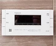 湯温・湯量を調節し、自動お湯張り機能や追い焚き機能のほか、台所リモコンとの通話可能なインターホンタイプを採用。