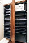 ブーツもラクに収納できるほか、傘用収納スペースもそなえた収納量の豊かなトールタイプの玄関収納を採用。