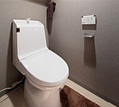 着座すると自動で脱臭を開始するパワー脱臭や、離れるだけで洗浄がはじまるフルオート便器洗浄(男子小洗浄除く)などの機能を搭載。