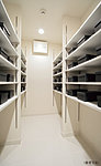 玄関を美しく整理できる収納量の豊かなシューズクロゼット。(B・C・E・F・H・I・J・K・L・Mタイプのみ)※一部タイプは玄関収納を採用