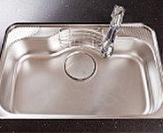 大きな鍋などもラクに洗えるワイドシンク。シンクの裏側に制振材を補え、水はね音などを抑える静音タイプです。