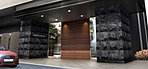 両サイドの壁面を重厚感のある天然石貼りで仕上げ、シャープなデザインの庇も配した、風格あふれるエントランスアプローチ。