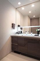 清潔感と心地よさを重視した上質感漂うパウダールーム。