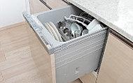 食器の出し入れがしやすいスライド収納タイプの食器洗い乾燥機、家事負担の軽減を図れます。