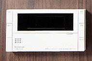 湯量・湯温の調整や自動お湯張り・追い焚き機能のほか、台所リモコンとの通話ができるインターホンタイプを採用。