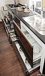 奥のスペースまで有効に活かせ、出し入れもしやすいスライド式収納。大きな鍋から調味料までを効率よく整理できます。