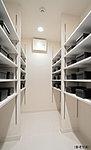 玄関を美しく整理できる収納量豊かなシューズクロゼット。スペースを調節できる可動棚を採用。※E・G・Jタイプのみ ※一部タイプは玄関収納を採用