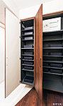 玄関を美しく整理できる収納量の豊かなシューズクロゼット。スペースを調節できる機能的な可動棚を採用しています。