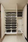 収納量豊かなトールタイプの玄関収納を採用。傘用収納スペースも備え、ブーツも収納できます。※一部タイプはシューズクロゼットを採用しています。