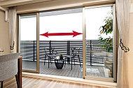 リビング・ダイニングのバルコニー側には、センターオープンサッシを採用。4枚の連窓サッシで、明るさや開放感が一層高まります。(一部除く)