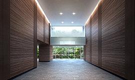 エントランスホールは、開放感と上昇感を演出した2層吹き抜けの贅沢な空間に。天井まで伸びる木調のデザインウォールと、外の緑景をアートのように楽しむことができる大きな開口部をしつらえ、ここに暮らす歓びを日々感じていただける美しい意匠としています