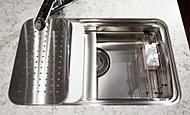 調理プレートや水切りプレートをセットできるので、快適な調理空間を実現。水はね音を抑える低騒音仕様です。※B・Dタイプを除く