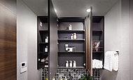 化粧台サイドの鏡裏には奥行きのある収納スペースを確保。フェイスタオルなどの洗面小物やメイク道具、ティッシュなどがすっきり収まります。