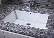 カウンタートップは高級感漂う御影石を使用。天然素材ならではの質感が、格調高い空間を演出します。