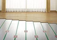 足元から部屋全体を暖めるガス温水式床暖房を採用。ホコリを巻き上げる心配がなく、快適な暖房です。※参考写真