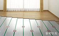 足元から部屋全体を暖めるガス温水式床暖房を採用。ホコリをまきあげる心配がなく、快適な暖房です。
