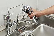 浄水・原水・シャワーの切り替えがフロントレバー操作で簡単にできるデザイン性の高い浄水器一体型のシャワー付シングルレバー混合水栓を採用。